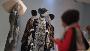 """A woman visits the """"Comtemporary Muslim Fashions"""" exhibition in the Frankfurt Museum for Applied Art (photo: dpa/picture-alliance)"""