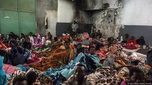 African migrants crowded into a room in a refugee detention centre in Libya (photo: Getty Images/AFP/T. Jawashi)