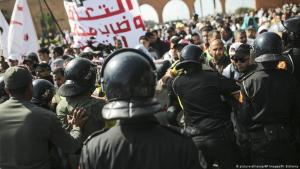 Security forces try to disperse protesting teachers in Rabat (photo: picture-alliance/AP Images/M. Elshamy)