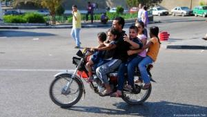 Street scene in Cairo: A father rides a motorbike with his five children (photo: picture alliance/ dpa/ Matthias Toedt)